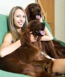 Femme étreignant deux chiens Photographie stock