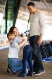Femme étreignant l'aéroport de fille Photos libres de droits