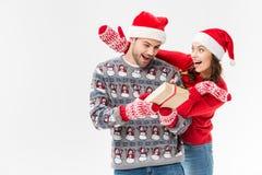 Femme étreignant l'ami avec le cadeau de Noël Photos libres de droits