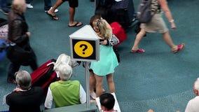 Femme étreignant son ami au lobby international d'arrivée banque de vidéos