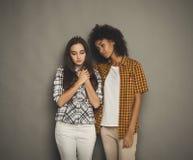 Femme étreignant son ami déprimé Photos stock