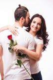 Femme étreignant son ami et tenant la rose Photographie stock