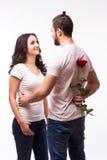 Femme étreignant son ami et tenant la rose Photographie stock libre de droits