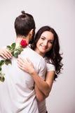 Femme étreignant son ami et tenant la rose Images libres de droits