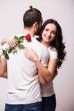 Femme étreignant son ami et tenant la rose Images stock