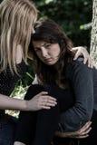 Femme étreignant son ami inquiété Photographie stock libre de droits