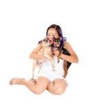 Femme étreignant son chien Image stock