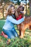 Femme étreignant son chien Photographie stock libre de droits