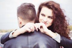 Femme étreignant un homme elle dans l'amour avec et le sourire Photos libres de droits