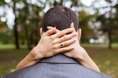 Femme étreignant un homme en parc Image stock