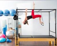Femme aérobie d'instructeur de Pilates dans cadillac Image libre de droits