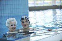 Femme aîné à la piscine Images libres de droits