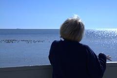 Femme aîné à la plage Images libres de droits