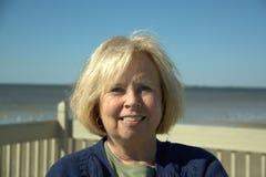 Femme aîné à la plage Photos libres de droits