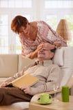 Femme aîné étonnant son mari Photographie stock