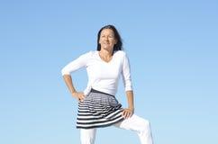 Femme aîné actif heureux extérieur Photographie stock libre de droits