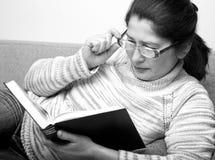 Femme aîné affichant un livre Photo libre de droits