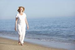 Femme aîné appréciant des vacances de plage Images libres de droits