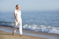 Femme aîné appréciant des vacances de plage Images stock