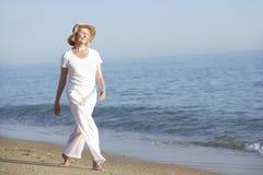 Femme aîné appréciant des vacances de plage Image stock
