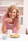 Femme aîné appréciant la boisson chaude Photo libre de droits