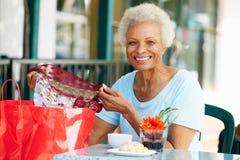 Femme aîné appréciant le casse-croûte au café extérieur Photo libre de droits