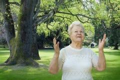 Femme aîné appréciant le stationnement de source Image libre de droits