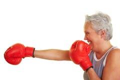 Femme aîné apprenant comment combattre Photo stock