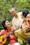 Femme aîné asiatique actif et heureux avec le descendant   Photo stock