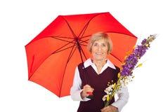Femme aîné attirant avec le parapluie Photographie stock libre de droits