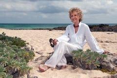 Femme aîné attirant sur la plage Photographie stock