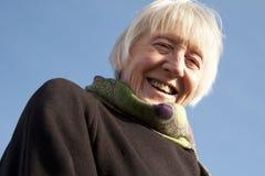 Femme aîné attirant sur la plage Photographie stock libre de droits