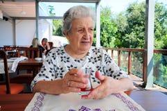 Femme aîné au café Photographie stock libre de droits
