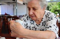 Femme aîné au café Photo libre de droits