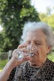 Femme aîné au café Photo stock