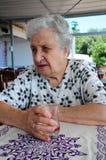 Femme aîné au café Photos stock