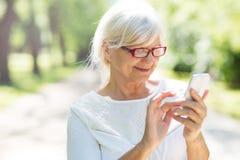Femme aîné au téléphone Photographie stock
