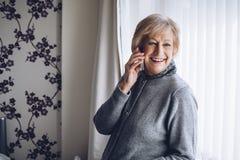 Femme aîné au téléphone Image stock