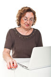 Femme aîné au travail Photos libres de droits