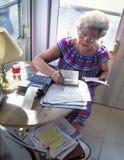 Femme aîné avec des finances Images libres de droits