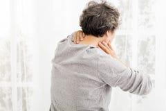 Femme aîné avec douleur cervicale Photo libre de droits