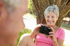 Femme aîné avec l'appareil-photo Photos stock