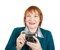 Femme aîné avec l'appareil-photo analogique Images stock