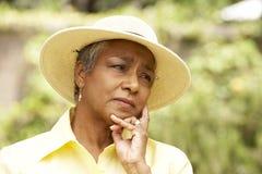 Femme aîné avec l'expression pensive Images stock