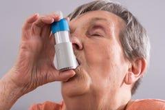 Femme aîné avec l'inhalateur d'asthme Photos stock