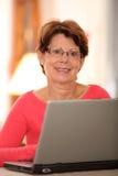 Femme aîné avec l'ordinateur Images libres de droits
