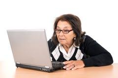 Femme aîné avec l'ordinateur portatif Photo stock