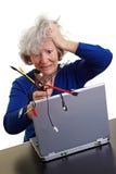 Femme aîné avec l'ordinateur portatif et on Images libres de droits