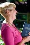 Femme aîné avec la bible Photos libres de droits