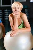 Femme aîné avec la bille de forme physique en gymnastique Image libre de droits